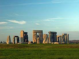 Il sito di Stonehenge (Wiltshire, Inghilterra) risale al III-II millennio a.C., Neolitoco finale. Esso è costituito da una serie di pietre, dette megaliti, riportate in posizione verticale durante le opere di restauro, e posizionate a formare un insieme circolare. La collocazione delle pietre non era casuale, ma profondamente legata ai punti cardinali. Si trattava, originariamente, di una necropoli. Il culto domestico dei defunti è stato abbandonato e sorgono vere e proprie città dei morti.