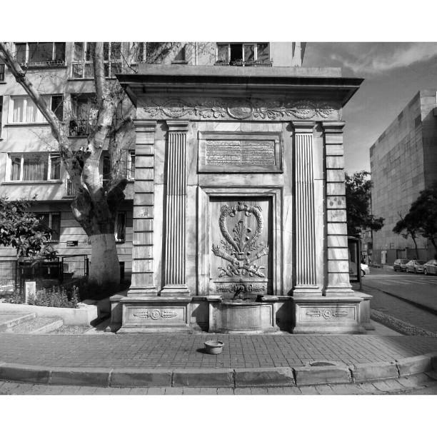 VALDE ÇESMESİ -Banisi Sultan Abdülmecid'in hayır işlerine çok düşkün annesi Bezm-i Alem Valide Sultan'dır. Bezm-i Alem 1853 yılında İstanbul'da vefat etmiştir. Namazgahı tarif ederken bahsettiğimiz barok mimari stili ile yapılan dört yüzlü çeşme Dolmabahçe Camii'nin yapımı sırasında Sulatan Abdülmecit tarafından annesinin adına inşa ettirmiştir. Yapım tarihi 1839′dur.