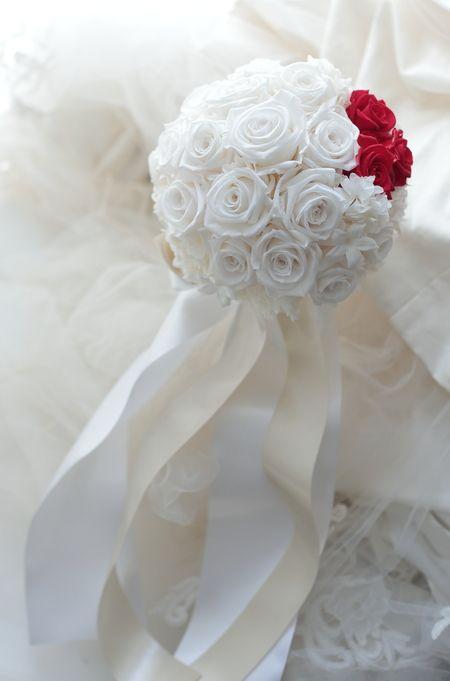 アームレットとプリザーブドブーケ 真紅のドレスに白のバラで ホテル日航東京様へ プリザーブド
