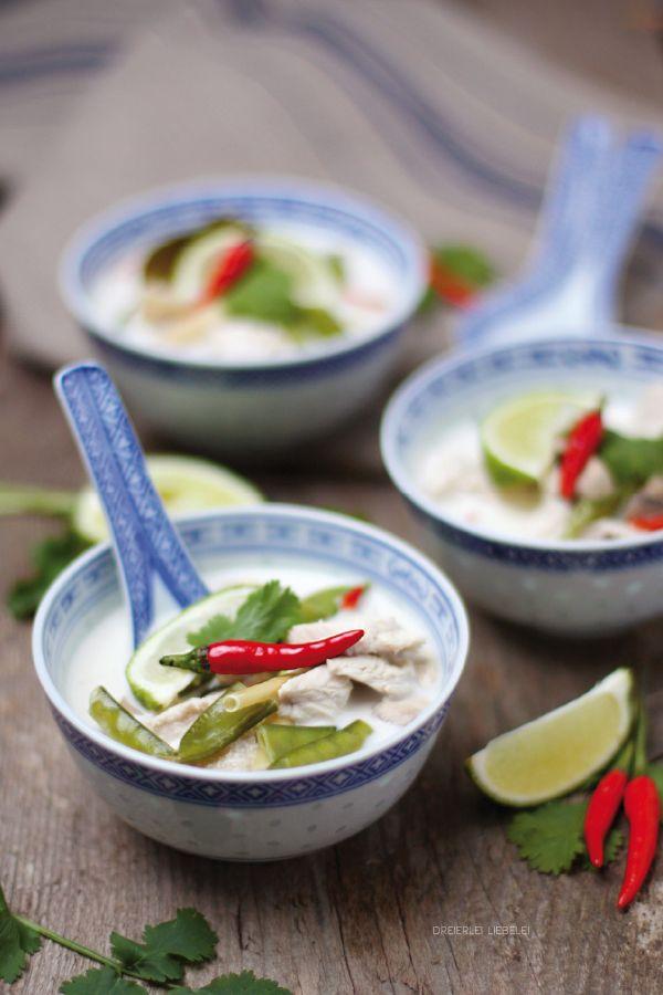 Ein Rezept für eine selbstgemachte Thailändische Suppe, nämlich eine Hühnersuppe mit Kokosmilch. In Thailand heißt diese Suppe Tom Kha Gai.