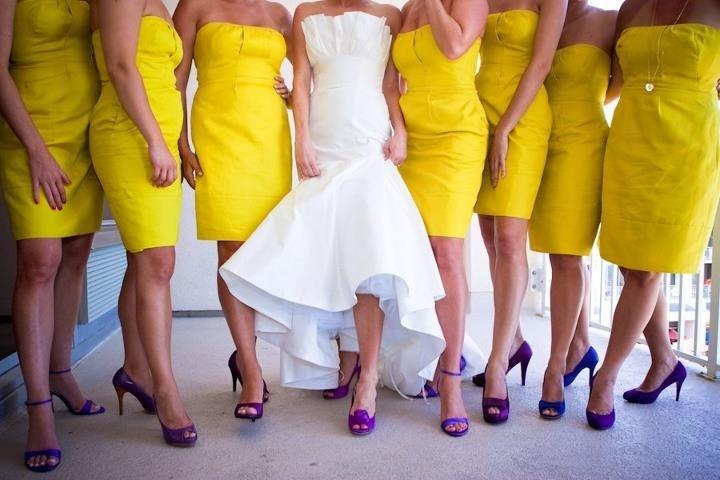 Damas En Color Amarillo Con Zapatillas En Morado, Una