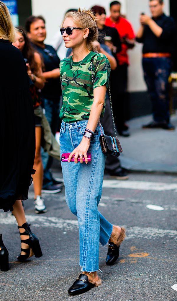 Street style look com camiseta camuflada.