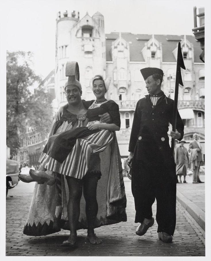 Delegatie uit Hawaii i.v.m. luchtlijn Pan Am naar Hawaii. Met man en vrouw in Volendammer kostuum. 1959 #NoordHolland #Volendam