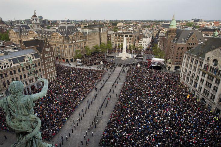 """<span>Met drieduizend witte papieren kruisen in het gras wordt op 4 mei op het Rembrandtplein in Amsterdam stilgestaan bij de vluchtelingen die het leven lieten onderweg naar Europa. Initiatiefnemer Rikko Voorberg wil Nederland daarmee dwingen tijdens de dodenherdenking ook stil te staan bij de slachtoffers """"die wij, bedoeld of onbedoeld, zelf maken""""</span>"""