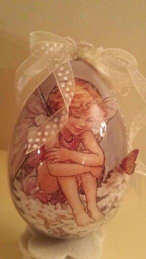 Uovo in plexiglas decorato con la tecnica del decoupage.