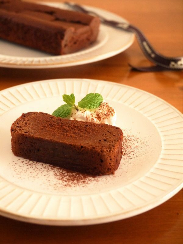 ちょっぴりほろ苦い大人なガトーショコラがお家で簡単に作れちゃいます。 材料はたった4つ!難しいこと一切なし!溶かして混ぜて焼くだけ! では早速作ってみましょう♪