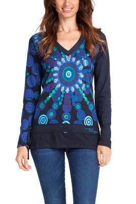 Baroque flowers are one of Desigual best-loved icons. This blue long-sleeved T-shirt features one right in the centre and plays around with different shades of blue. Check out the embroidered details.