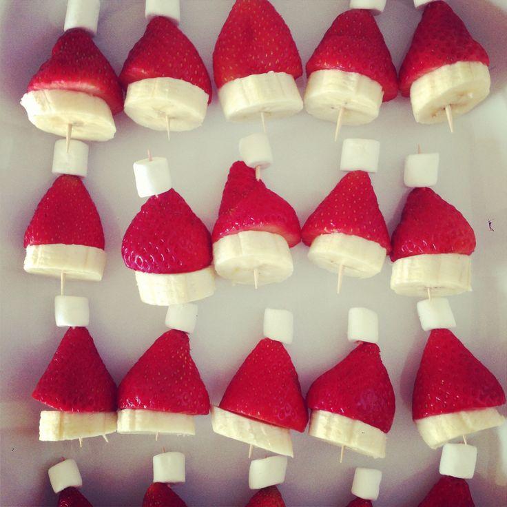 Bump into Mums Christmas snack for kids Santa hats banana strawberry mini marshmallows plus tooth pick Ta dah toddler Xmas food!! @Bumpintomums healthy festive food for kids https://www.facebook.com/bumpintomums.com.au