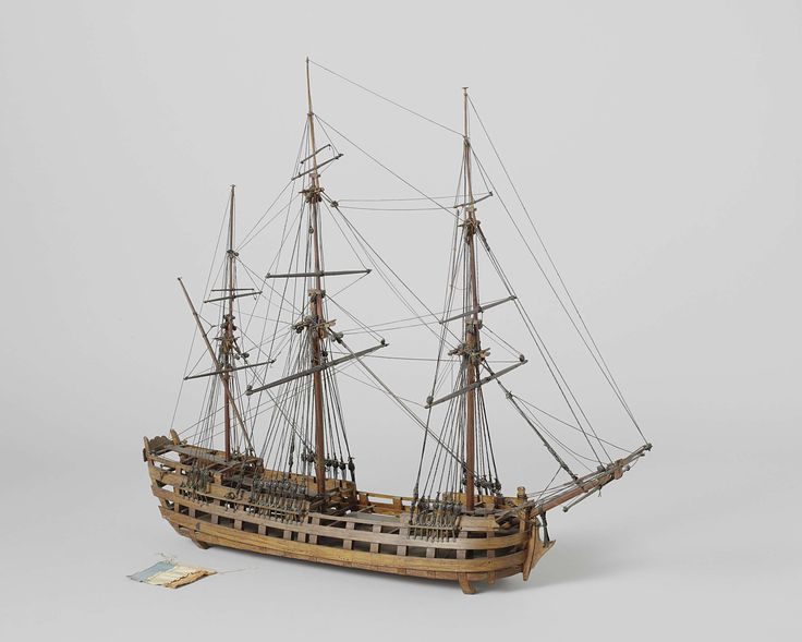 Anonymous   Model van een driemastschip, Anonymous, c. 1780 - c. 1820   Getuigd waterlijn- en constructiemodel van een driemaster. De romp heeft geen huid en bestaat slechts uit de voornaamste inhouten. Het model heeft vier niveau's: onderdek, hoofddek, bovendek (halfdek en bak), en bovencampanje, geen van alle gesloten. Achterschip met gewrongen spiegel, hol wulf, geen details van hek behalve de constructie, geen zijgalerijen. De zeeg loopt een weinig op naar beiden uiteinden, twee…
