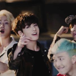 Avez vous vue la tête de Jin derrière Jungkook