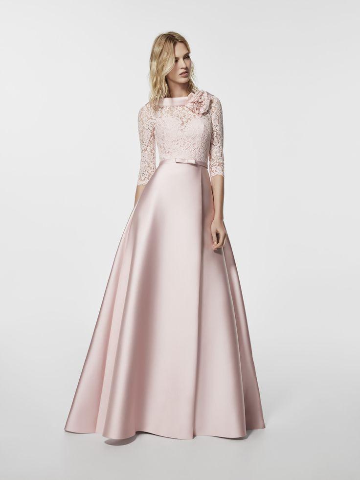 ¿Estás buscando un vestido de fiesta? Este es un vestido largo de color rosa palico  (modelo GLORYMAR) con un escote delantero tipo barco y con escote a espalda en pico . Vestido de la línea corte en a y manga tres cuartos (mikado y encaje)