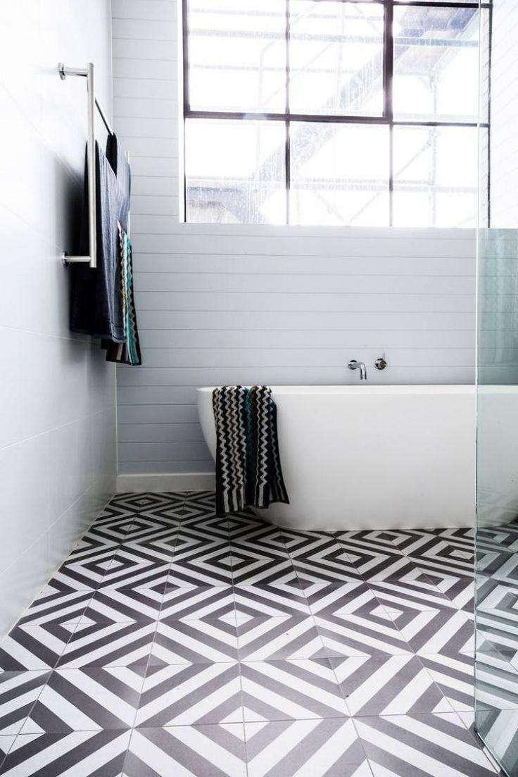 Minimalistisch Gestaltetes Aadezimmer Schwarz Weiße Fliesen Am Boden Badezimmer Schwarz Weiße Fliesen Fliesen Schwarz Weiß