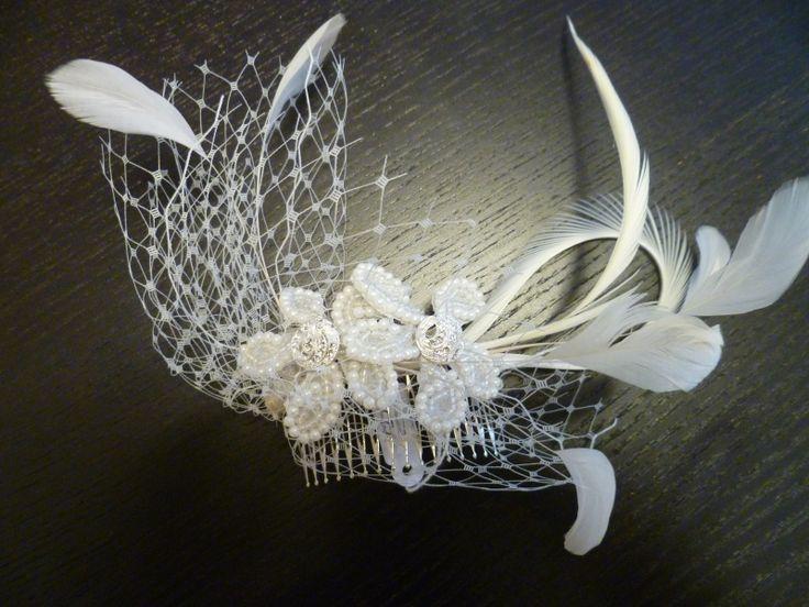 Tocado de #novia #Innovias de rafia y plumas y ahora tenemos 10 % en todos los complementos de novia hasta el 5 de enero, ven a buscar el tuyo http://www.innovias.es/complementos.php