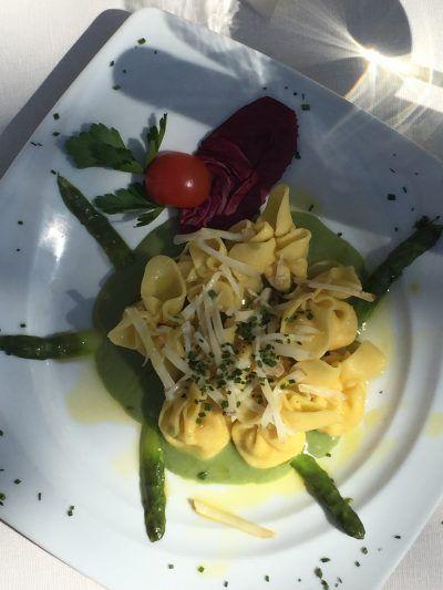 fagottini pere e formaggio con crema asparagi