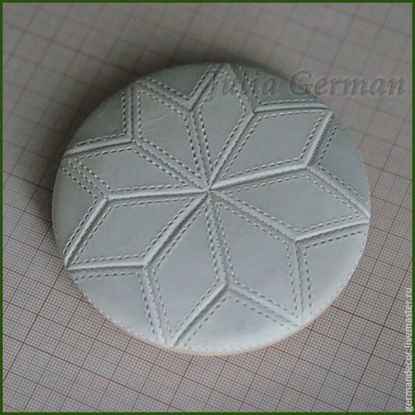 1. Для работы нам понадобится: - предмет для декорирования (в данном случае — деревянная шкатулка круглой формы); - самоотвердевающая глина для лепки; - бумажные салфетки с рисунком (фоновые); - клей ПВА, акриловый лак, акриловый грунт, акриловые краски; - стеки для моделирования, скалка для раскатки глины, канцелярский нож или подручные инструменты их заменяющие; - ватные палочки, синтетические кисти, наждачная бумага с мелким зерном, ножницы.