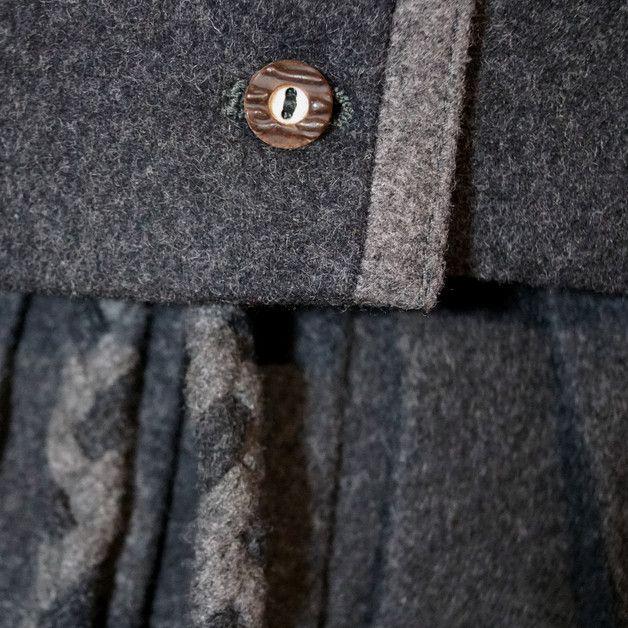 Sehr schönes edles Trachtenkostüm aus grauem Loden. Es besteht aus einem gekräuselten Rock mit einem hübschen geflochtenem Gürtel. Die passende Jacke mit Stehkragen wird vorne mit Knöpfen...