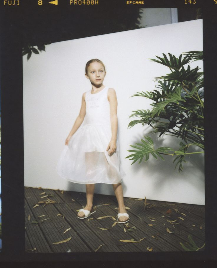 Look fille combishort blanche avec robe irisée Printemps-Eté 2017 collection IKKS Kid Girl #ss17 #kidstyle