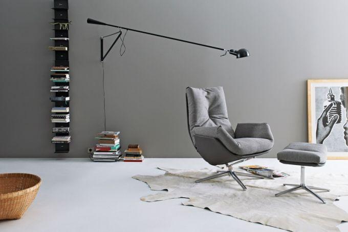 Kolekce Cordia se rozrostla o lounge chair, které se skládá z elegantně tenké a přitom pevné skořápky a měkkých objemných polštářů zajišťujících dostatečné pohodlí a zároveň vyváženou ergonomii, samozřejmostí je vestavěný naklápěcí mechanismus, který se přizpůsobí každé poloze, 87 x 112 x 89 cm, design Jehs a Laub, Cor, cena od 110 000 Kč, www.symersky.cz