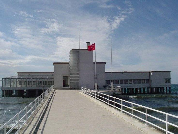Florya Atatürk Köşkü: Yüzmeyi çok seven Atatürk için Florya'da deniz üzerinde mütevazı bir köşk yapılmış. Camla kaplı denizin üzerine kızaklar konularak yapılmış bir bina. İçinde Atatürk'ün yatak odası ve toplantı odaları bulunuyor. Köşkün bahçesinde de Türkiye Büyük Millet Meclisi'nin lojmanları var. İstanbul Florya'daki bu köşkü bütün eşyaları orijinal