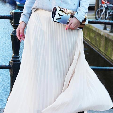 Helemaal van nu.... de maxi-dress of maxi-skirt! Deze in plissé is van PLEASE! Leuk slippertje erbij, of juist chique elegant met high heels. Super toch?