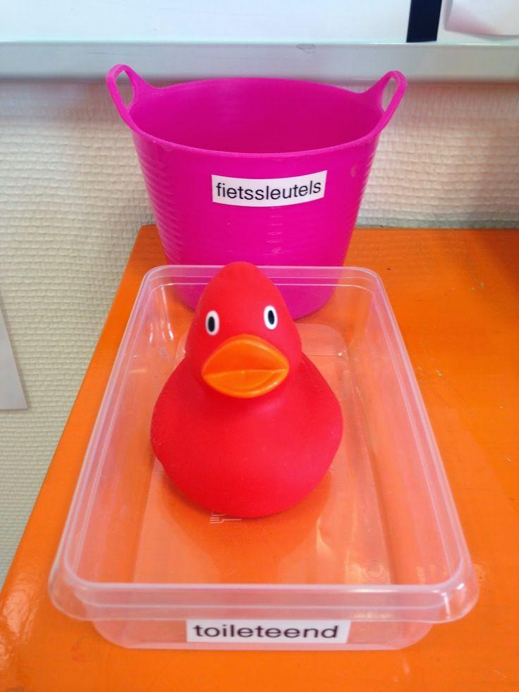 Juf Margot: Inrichting/organisatie - toilet eend ( het kind dat naar de toilet gaat, zet de eend op zijn /haar tafeltje. Wat ook kan: twee kleuren eendjes : één voor de meisjes wc en één voor de jongenswc