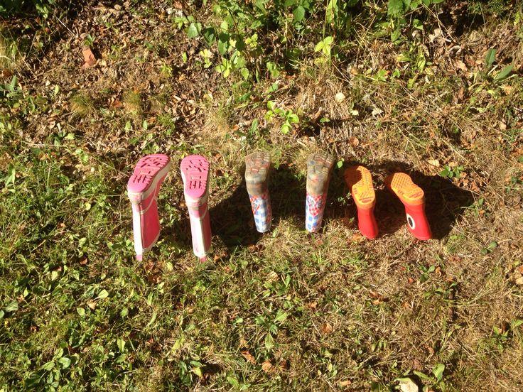 Kampeertip: haringen in de grond en je hebt een prima laarzenrek.