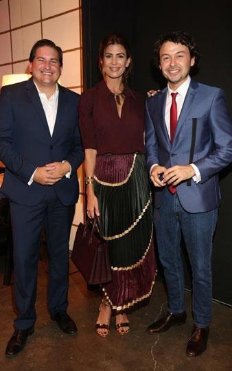 ArteBA: Juliana Awada se mostró elegantísima en el VIP de HSBC, y eligió para la ocasión una falda plisada con franjas de distintos géneros en dos de los colores del invierno, el borravino y el verde musgo. . Foto: Mass PR