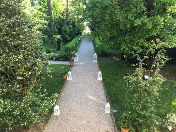 Il viale di Villa Rota decorato con delle lanterne bianche