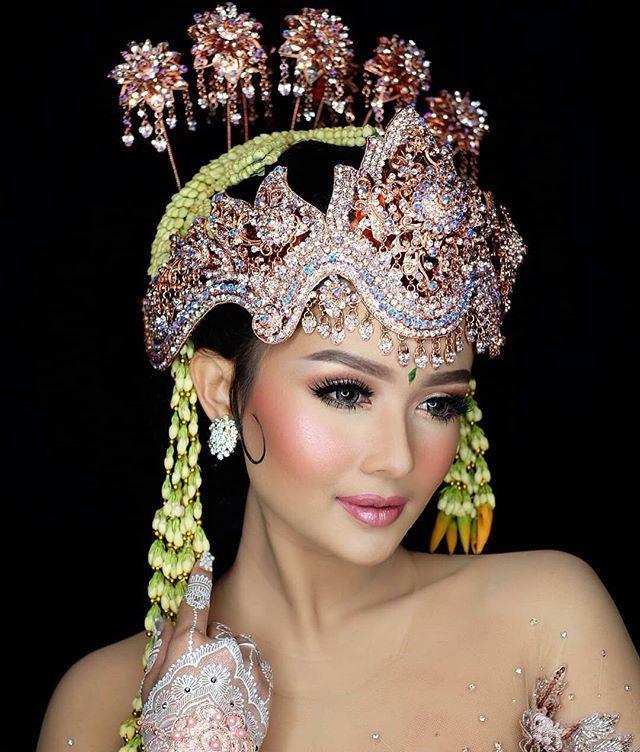 Cara Yg Benar Meng Aplikasi Kan Makeup Pada Wajah Membuat Tampilan Wanita Cantik Jadi Luar Biasa Dan Sangat Elegan Arrusawedd Bridal Hat Headpiece Bridal Veil