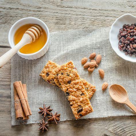 Não só é possível fazer barras de proteína caseiras, como é possível fazer com que sejam deliciosas. Estas quatro receitas são a prova disso.
