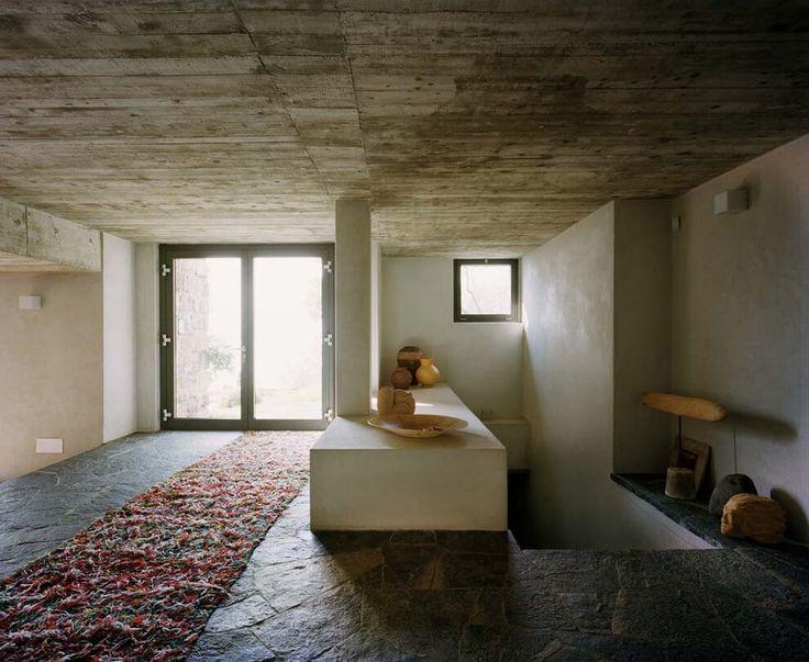 Une décoration d'intérieur, des murs en béton ou pierre calcaire pour créer une ambiance unique d'aspect contemporain, rustique et industriel à la fois