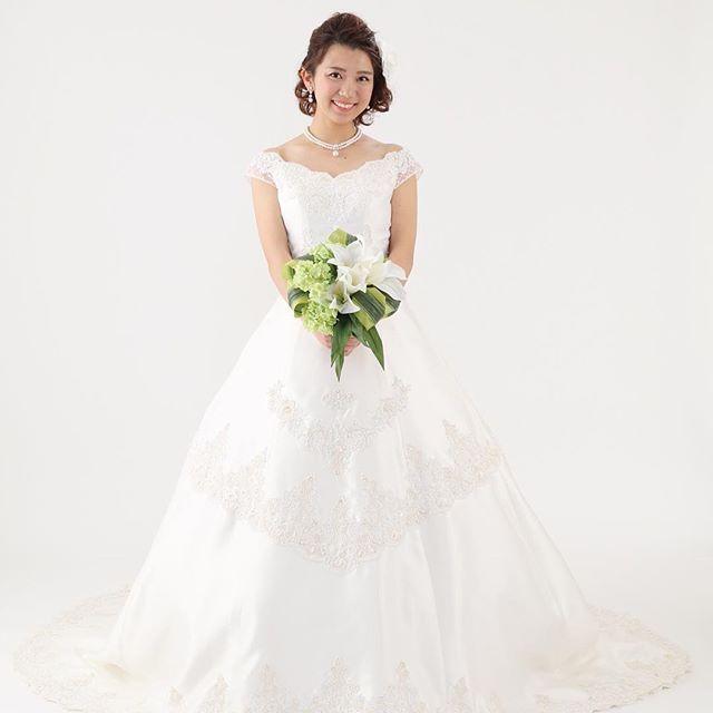 オフショルダーのウェディングドレスは最近流行が戻りつつあるように感じます。 クラシカルな雰囲気の教会式や、格調高いホテルウェディングにおすすめ! レンタル価格 30,000円(税別)  #ウェディングドレス #bridal #wedding #weddingdress  #オフショルダードレス #花嫁ヘア #二次会ドレス  #二次会パーティー #プレ花嫁 #ピノエローザ
