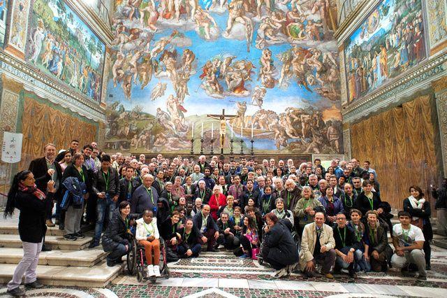 ローマ・カトリック教会のフランシスコ法王は26日、バチカンのシスティーナ礼拝堂に招かれたホームレス約150人の前に姿を見せ、「ここはあなたの家です」と歓迎した。