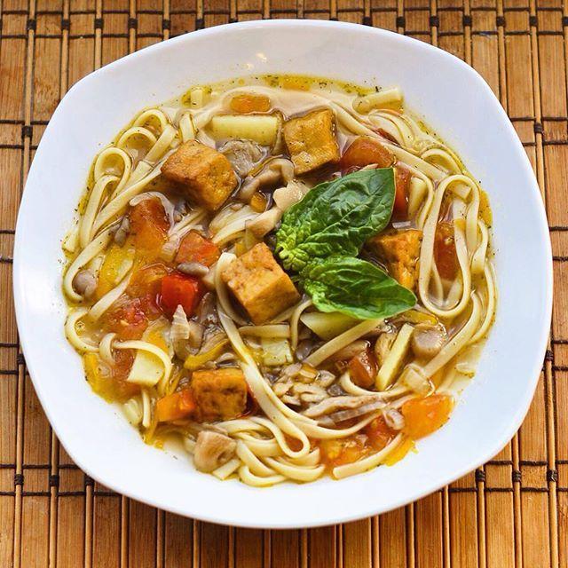 Грибной суп с лапшой и жареным тофу🌿 📝Рецепт: ✏️Лапша; ✏️Жареный тофу; ✏️Грибы Вешенки; ✏️Свежие томаты; ✏️Соевый соус; ✏️Лук,морковь и болгарский перец; ✏️Картофель; ✏️Специи и соль. ♨️ Отварить нарезанным кубиком картофель, лапшу. Отдельно обжарить тофу. Спассировать овощи с тофу и добавить в бульон с картофелем и лапшой. Добавить специи и соевый соус🙌🏻…