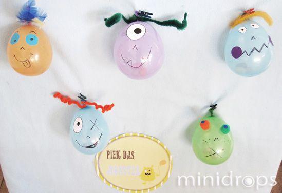 Benötigt werden ✓kleine Luftballons (z.B.Wasserbomben), einen pro Spieler ✓Bonbons o.ä. ✓Dekoration, Monsteraugen, Federn, Pfeifenputzer usw. ✓eine Gabel Vorbereitung: Die Luftballons aufpusten und vor dem Verschließen einen Bonbon oder etwas ähnliches einfüllen. Die Luftballons verzieren, das Ende sollte dabei oben sein. Die Luftballons vor einem Hintergrund anbringen, der nicht empfindlich ist (falls die Kinder daneben pieksen). …
