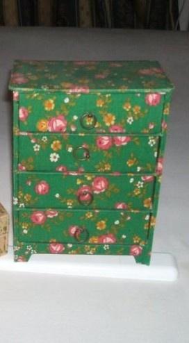 Jaren 60's- 70's; Make Up/ Juwelen Kastje. Gemaakt van gestoffeerde karton. Afm.  +/- 20cm hoogx 10 cm diep en 25cm breed. Ik heb 'm nog steeds....in het roze gebloemde stof. ☺