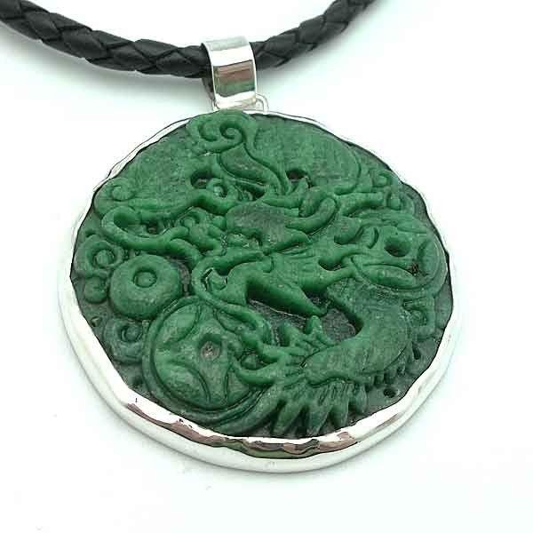 Colgante plata de ley y un precioso jade natural, tallado a mano // Sterling silver pendant and a beautiful natural jade, carved by hand. #handmade #pendant #jade #verde #jewelry #jewel #joyería #silver #joyasúnicas #unique #dragon