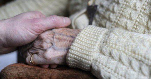 Uma pessoa com demência, e em particular com Alzheimer, dependendo do estágio da doença, precisará da assistência de um cuidador para organizar seu dia. Atividades planejadas e assistidas por um cuidador podem aumentar o senso de dignidade e auto estima do paciente dando-lhe mais propósito e significado ao seu dia a dia.