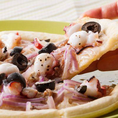 【レシピ有】チーズとアンチョビの塩気が効いた、大人味のピザ! ピザ生地の上に具材をのせて焼くだけの簡単料理です♪ - 91件のもぐもぐ - タコとオリーブ、アンチョビのピザ by レシピ×食材専門店 レシプル