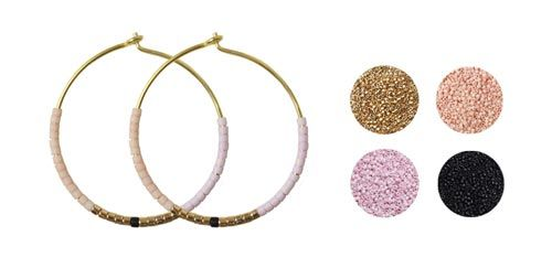 """Til disse øreringe er der brugt følgende materialer:  1 par forgyldte hoops 25mm Delica perler i de farver, som er nævnt øverst på siden.  Disse øreringe er hurtige og nemme at lave. Se Smyks blogindlæg """"Delica Øreringe"""" som beskriver fremgangsmåden samt giver flere eksempler med andre farvesammensætninger."""