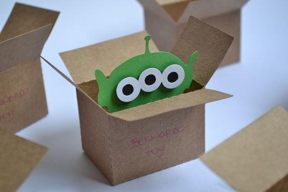 Mini caixa craft personalizado com o nome da criança (escrito a mão), com marciano dentro.    Feito com papel craft 200 gramas.    Para enfeitar a mesa e servir no final da festa como lembrancinhas.    Cabem balinhas dentro.    Quantidade mínima para a compra são de 10 unidades.