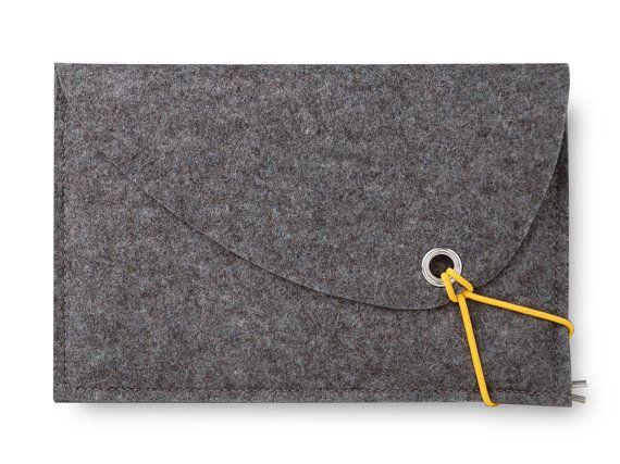 De tas is functioneel en is de perfecte bescherming voor uw Tablet PC. sCosy staat voor een tijdloos Scandinavisch design. De zak van de Tablet is een prachtig op maat in diverse productie stappen stevig, eco-vriendelijke 2 mm wol voelde uit Duitsland voor u in 100%. De vilten cover bestaat uit twee bijna even groot compartimenten, één voor de Tablet en de tweede voor lader, mobiele telefoon zelfs uw Kindle heeft er plaats. Door de twee lagen van vilt (4 mm) ontvangt uw Tablet PC-scherm…