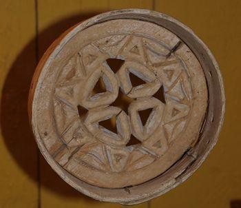 Lulesamisk skáhppo (reinostform av tre) utstilt i Salten museum i Bodø