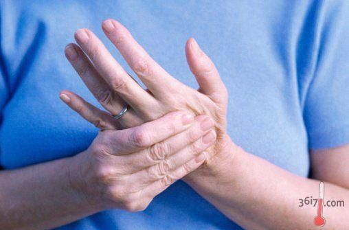 ПОЧЕМУ НЕМЕЮТ ПАЛЬЦЫ РУК http://pyhtaru.blogspot.com/2016/12/blog-post_883.html  Почему немеют пальцы рук?  На лавочке сидели две пожилые подруги и судачили о своих и чужих детях, родственниках и соседях, о величине пенсий и современных нравах молодёжи. Мимо них проходили молодые женщины, видимо, спешащие с работы домой.  Читайте еще: ================================ УСПОКОИТЕЛЬНЫЙ СБОР http://pyhtaru.blogspot.ru/2016/12/blog-post_408.html ================================  В руках у каждой…