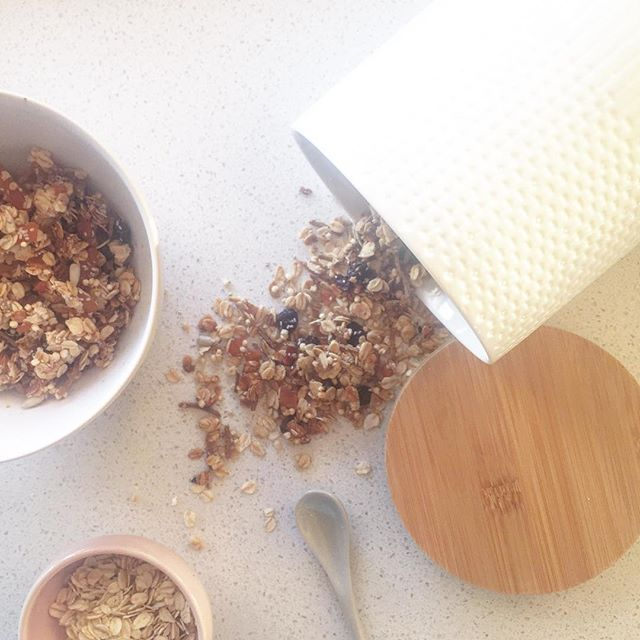 The sun shining though on a Sunday morning + freshly made toasted muesli. Our new ceramic canisters are perfect for keeping things fresh and our new speckled serving bowls make it easy everyday luxury. Happy Sunday X #sunday #breakfast #homemademuesli #everydayluxury #whitehomeboutique #shoponline