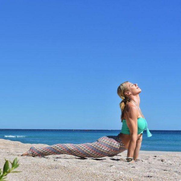 Yoga für einen flachen Bauch: Die Kobra streckt die Bauchmuskeln.