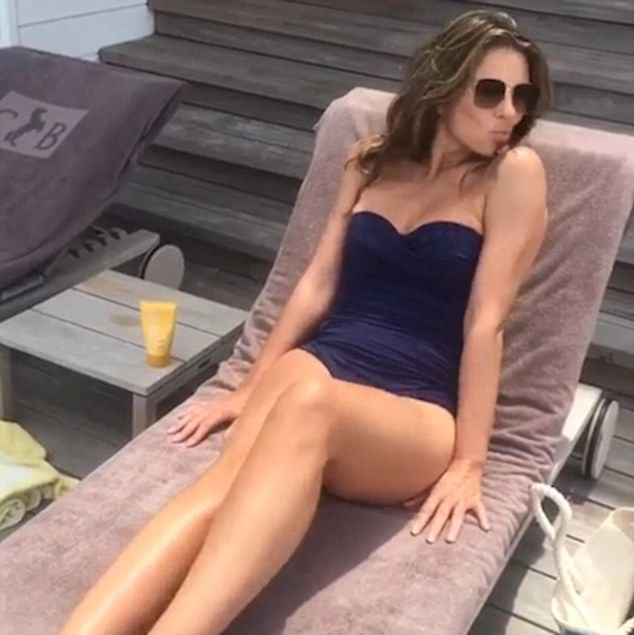 Elizabeth Hurley flaunts figure in bikini on India trip | Daily Mail Online