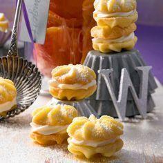Unser leckeres Backrezept für Zitronenküsschen aus feinem Sand-Mürbeteig mit Buttercreme-Füllung.