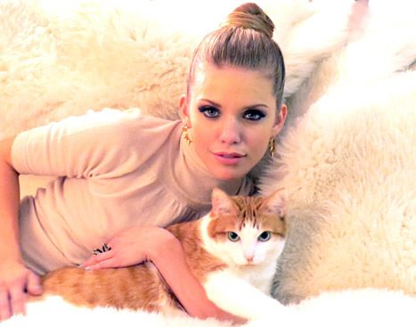 We love AnnaLynne McCord's top knot and her feline friend!