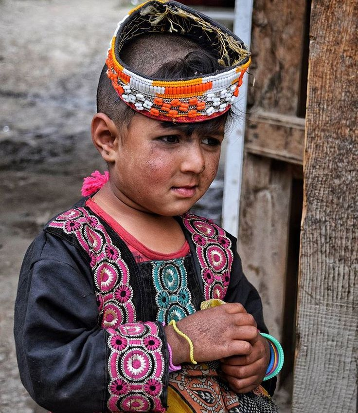 A portrait of Kalashi little girl, from Brumboret.  #dawndotcom #etribune #dawn_dot_com #etribunepk #facesofpakistan #streetphoto_bw #streetphotography #chilamjoshi  #chilumjoshifestival #peopleofpakistan #colorsofpakistan #facesoftheworld #traveldiaries #pakistan #instagood #portraits #creativepakistan #kalash #kalashlife #peopleofkalash #travelblogger #travelphotography #travelbeautifulpakistan #travel #nikon